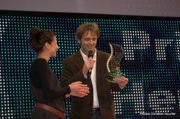 """Barthélémy Fougea récupère le prix pour le film de Pascal Plisson, """"Sur les chemins de l'école"""""""