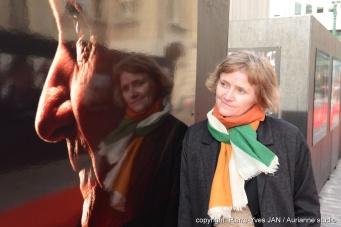 Nathalie Eno devant son exposition